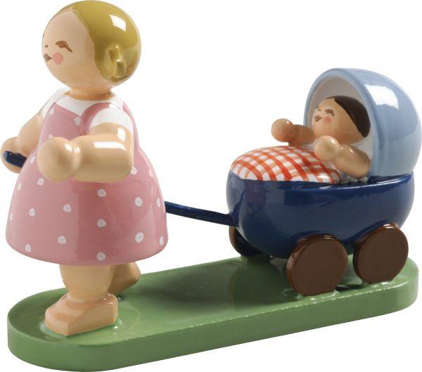 Mädchen mit Puppenwagen